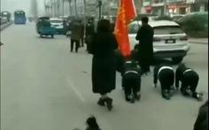 Công ty Trung Quốc phạt nhân viên 'bò trên đường' gây tranh cãi