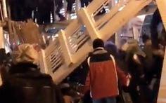 Clip khoảnh khắc sập cầu gỗ ở công viên Gorky, 13 người bị thương