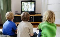 """Trẻ nhỏ """"ngồi lì"""" trước tivi hơn 1 giờ/ngày có nguy cơ bị béo phì"""
