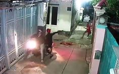 Bức xúc clip 'cẩu tặc' bắn hạ chó, định bắn luôn chủ nhà