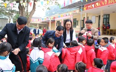 Trao 500 suất quà tết của bạn đọc báo Tuổi Trẻ cho học sinh Quan Sơn