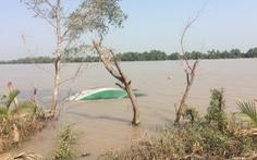 Tàu chở cát lật úp trên sông Tiền, 1 người tử vong