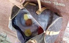Bé sơ sinh còn nguyên dây rốn nằm trong túi xách bị bỏ rơi