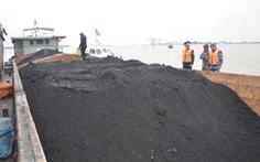 Phát hiện tàu chở 700 tấn than không rõ nguồn gốc