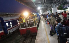 Chuyển tải hành khách từ ga Sài Gòn ra Bình Thuận, khách vẫn đợi tàu SE8
