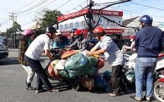 Xúc động cảnh nhiều người giúp chị bán rau bị đụng xe giữa đường