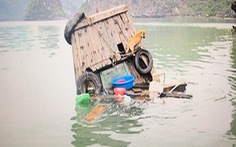 Hàng rong trên vịnh Hạ Long tự đánh đắm tàu đối phó cơ quan chức năng