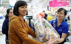 Nhộn nhịp khách đi siêu thị Co.opmart sắm tết mua 1 tặng 1