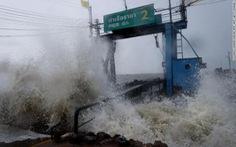 Hàng chục ngàn du khách mắc kẹt ngoài đảo ở Thái vì bão Pubak