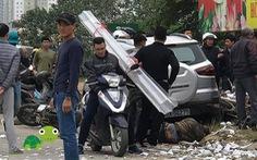 Xe hơi 4 chỗ tông liên hoàn vào taxi và xe máy, 2 người chết