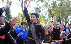 Hoa hậu H'Hen Niê về buôn kéo co, giã gạo, nhảy bao bố