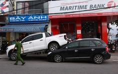 Xe bán tải cài số lùi gây tai nạn liên hoàn, 'nhảy' lên đầu xe KIA