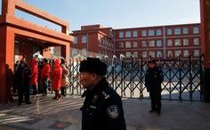 Trường tiểu học bị xâm nhập, 20 trẻ em bị chém