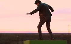 Video: Độc đáo tấm ván trượt trên không điều khiển bằng điện thoại
