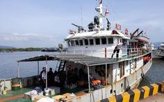 Hai tàu hải quân thay nhau đưa 12 ngư dân về bờ