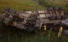 Lật xe đầu kéo, cảnh sát giao thông dùng máy cắt cabin cứu tài xế