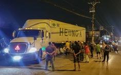 Người đàn ông nằm trước trạm xăng bị xe container cán chết trong đêm