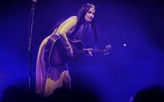 Nữ ca sĩ  Kacey Musgraves từng đoạt Grammy mặc áo dài với... quần lót biểu diễn