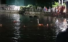 4 bé đạp vịt trên hồ bị lật thuyền, 2 bé gái chết đuối