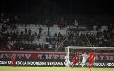 CĐV Indonesia bỏ về ở phút 54 khi bị thổi phạt đền