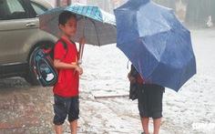 Mưa trắng trời, đường phố Vinh thành sông, hàng chục ngàn học sinh nghỉ học