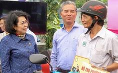 Tặng kinh phí xây nhà, hỗ trợ xe gắn máy cho hộ nghèo TP.HCM