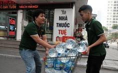 Hà Nội thiếu nước sạch: 'Cháy' nước đóng chai, loại đắt loại rẻ đều bán hết