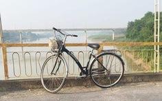 Nữ cử nhân bỏ xe đạp trên cầu nhảy sông tự vẫn