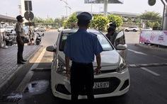 Hàng trăm ôtô bị phạt vì đậu đỗ quá 3 phút trong sân bay Tân Sơn Nhất