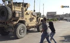 Lính Mỹ bị dân Kurd ném đá, ví như 'chuột nhắt' khi rút khỏi Syria