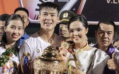 CĐV tràn xuống sân khi Hà Nội FC mừng vô địch V-League 2019