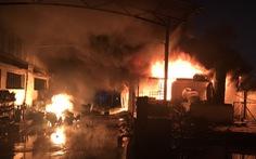 Hơn trăm lính cứu hỏa dập tắt vụ cháy khu pha chế dung môi trong đêm