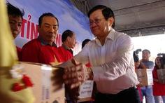 Nguyên Chủ tịch nước Trương Tấn Sang tặng thiết bị cho ngư dân