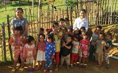 Hai cô giáo điểm trường Tắk Pổ nhận giải thưởng Bạn đọc cùng làm báo