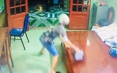 Clip nam thanh niên trộm chiếc giỏ được khai báo chứa tài sản 1,2 tỉ đồng