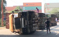 Video: Xe container lật nhào ngay dưới gầm cầu Đồng Nai