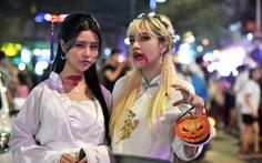 Vui đêm Halloween, Tây ta hòa quyện
