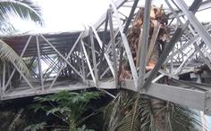 Video: Biển quảng cáo nặng 10 tấn ngã đè sập nhà người dân