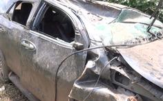 Video: Xe 7 chỗ lao xuống vực, lộn nhiều vòng, tài xế may mắn thoát chết