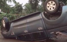 Video: Người dân phá cửa giải cứu tài xế ôtô bị lật trong mưa lớn