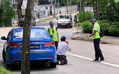 Bị phát hiện hút thuốc trong xe, tài xế taxi quỳ xin lỗi cảnh sát
