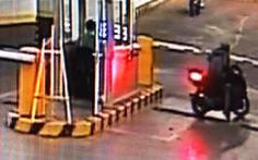 Truy tìm kẻ trộm xe vượt barie tẩu thoát trong chung cư tại TP.HCM
