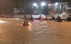 Video: Hàng trăm người vật lộn tìm đường về nhà sau cơn mưa lớn