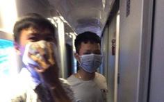 Khách phải bịt khẩu trang vì bị 'hun khói' trên xe lửa