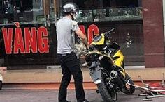 Thanh niên đội nón bảo hiểm, dùng súng K54 cướp tiệm vàng
