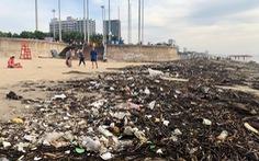 10 cây số rác, thân cây và nhựa 'tấn công' bãi biển Vũng Tàu