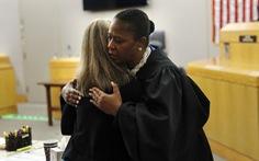 Cái ôm gây tranh cãi giữa thẩm phán da màu và bị cáo da trắng