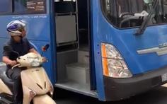 Thôi việc tiếp viên xe buýt làm rách tiền học trò không xin lỗi