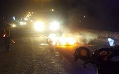 Video xe máy bốc cháy sau khi bị xe tải kéo lê, nam thanh niên may mắn thoát chết