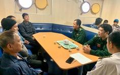 20 giờ vượt sóng cấp 7 cứu 9 ngư dân trên tàu cá hỏng máy